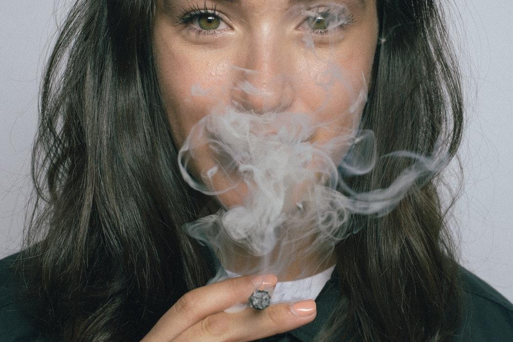 Țigările electronice sunt la fel de dăunătoare precum tutunul